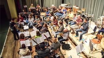 Der Musikverein Concordia Hägglingen bei der Vorbereitung auf sein Jahreskonzert mit integrierter Präsentation der neuen Uniform.