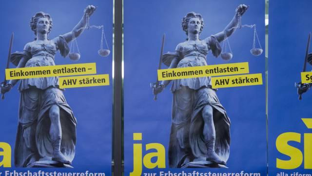 Plakate werben für ein Ja zur Erbschaftssteuerreform