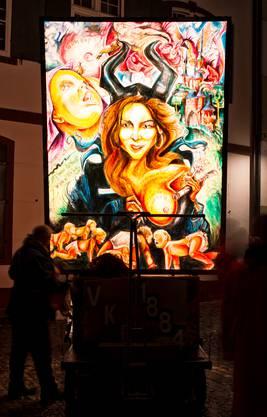 Ihre Kolumne über das Stillen in der Öffentlichkeit erregte die Gemüter. Der VKB Stamm zeigt Tele-Basel-Moderatorin Tamara Wernli barbusig auf der Laterne.
