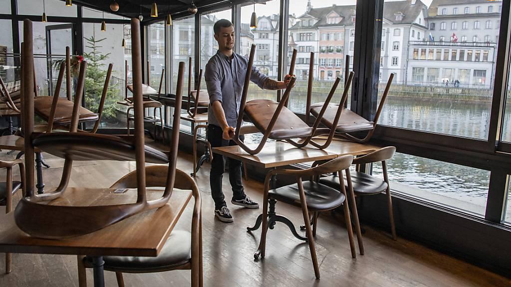 Rund acht Prozent der Beschäftigten in der Schweiz waren im Januar von Corona-Lockdown betroffen - im Bild das Café Mill'Feuille in Luzern. (Archivbild)