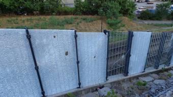 13 Lärmschutzscheiben in Arlesheim mit Steinen zertrümmert – 30000 Franken Schaden
