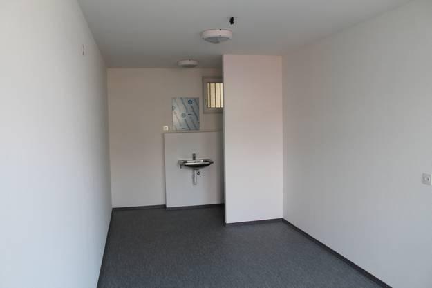 Zwei Insassen teilen sich die 22,5 Quadratmeter, ebenso die Toilette.