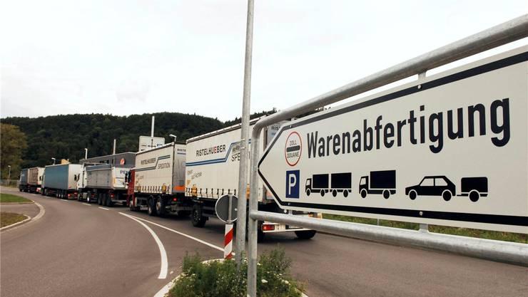 Während der Brückensperrung wird der regionale Schwerverkehr via den Grenzübergang Stein zur Gemeinschaftszollanlage auf dem Lonza-Areal in Waldshut-Tiengen geführt.