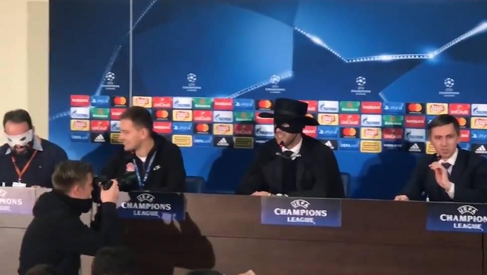 Warum der Trainer von Schachtar Donezk als Zorro zur Pressekonferenz kam