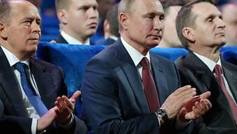 ARCHIV - Alexander Bortnikow (l-r), Leiter des russischen Inlandsgeheimdienstes FSB, Wladimir Putin, Präsident von Russland, und Sergei Naryschkin, Leiter des russichen Auslandsgeheimdienstes SWR. Foto: Alexei Nikolsky/Sputnik/Kremlin/AP/dpa