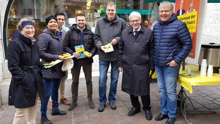 Mitglieder des Komitees NEIN zur «Selbstbestimmungs»-Initiative auf dem Märet in Solothurn.
