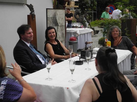 Sandor und Herta Margarete Habsburg-Lothringen unterhalten sich mit Besuchern des Anlasses