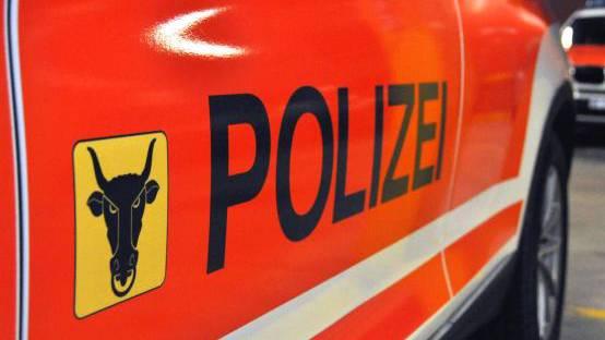 Auto stürzt in Bürglen 60 Meter Wiese hinunter