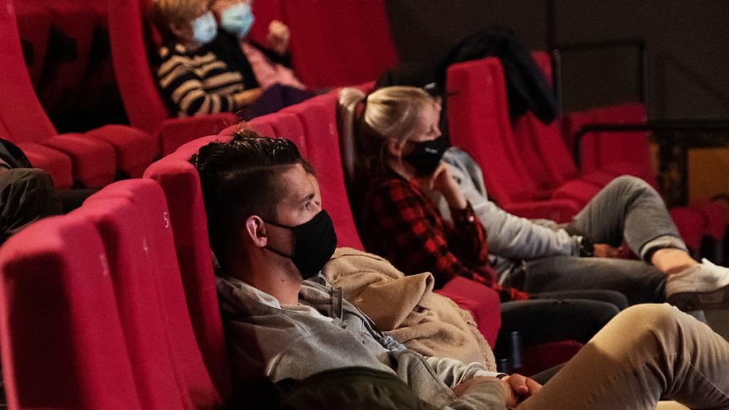 Zuschauer mit Hygienemasken im Kino Rex in Biel am Tag der Wiedereröffnung der Kinos am Donnerstag.