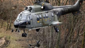Ein solcher Super Puma der Schweizer Armee stand in der Nacht im Einsatz