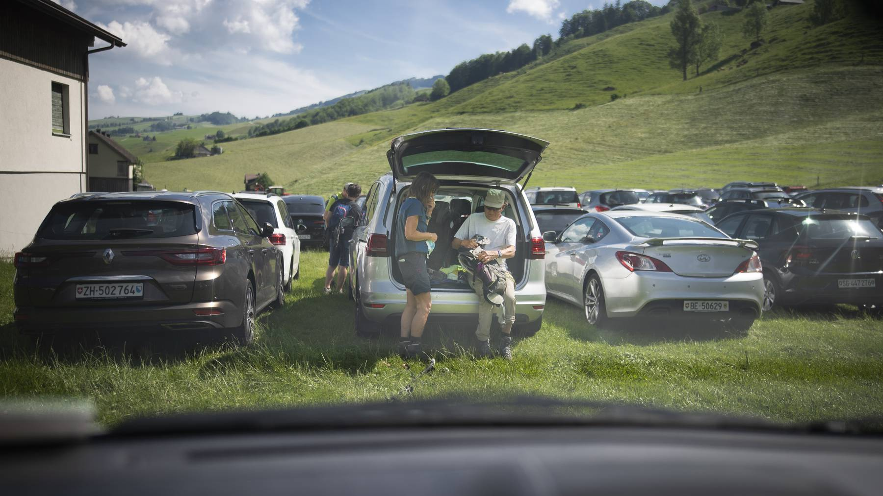 Wanderer machen sich auf dem überfüllten Parkplatz in Wasserauen bereit für die Wanderung zum Seealpsee.