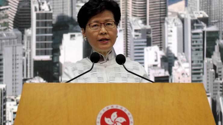 Nach Massenprotesten hat Hongkong Pläne für ein umstrittenes Gesetz für Auslieferungen an China ausgesetzt. Das kündigte Regierungschefin Carrie Lam an.