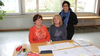 Luitgard Kliegl (l.) hilft beim Ausfüllen der Steuererklärung und Hannelore Wiese macht den Empfang. Stehend Rosa Tschanz von Pro Senectute.