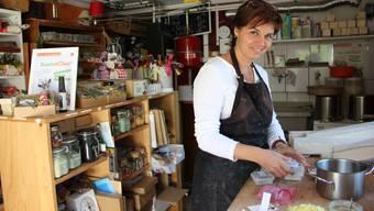 Nicola Casanova zeigt in ihrer Zufiker Garage, die sie vor Jahren zur Seifenfabrik umfunktioniert hat, wie ihre Duschmödeli entstehen.