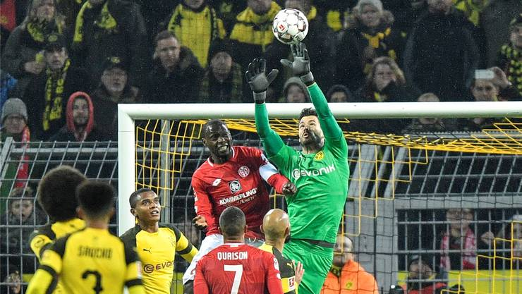 Roman Bürki hatten es die Dortmunder im Spiel gegen Mainz zu verdanken, dass die Punkte im Ruhrgebiet blieben. Auch diesen Ball pflückt sich der Schweizer.