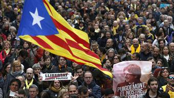 Gegen die Festnahme des von Madrid abgesetzten katalanischen Regionalpräsidenten Puigdemont in Deutschland protestieren in Barcelona spontan Tausende.