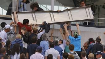 Ein Teil der Verkleidung der Videowand fiel auf dem Centre Court auf die Zuschauer herab