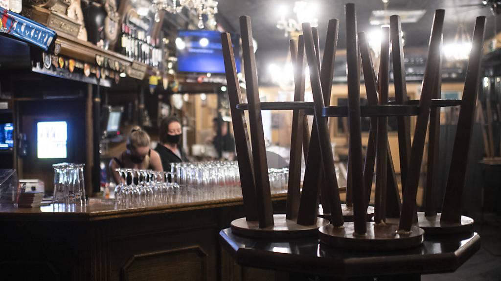 Die Davoser Regierung will Betrieben, die vom Lockdown betroffen sind, einen Teil der Tourismusabgabe erlassen. Im Bild die «Ex Bar» am Tag der  Schliessung am 4. Dezember 2020. (Archivbild)