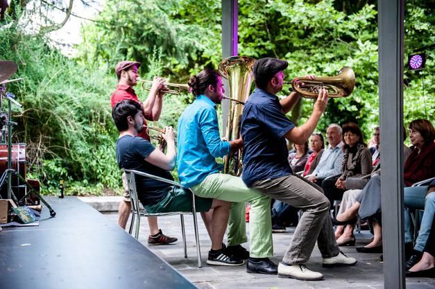 Ein Stuhl reicht den Musikern von Molotow Brass Orkestar