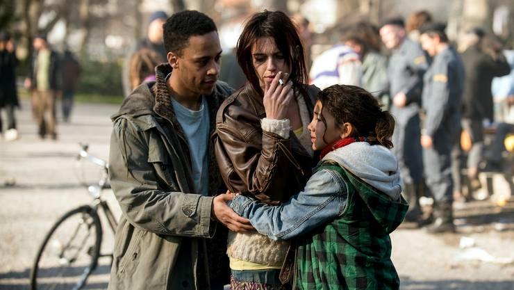 Die elfjährige Mia (Luna Mwezi) muss ohnmächtig dabei zusehen, wie ihre Mutter Sandrine (Sarah Spale) immer tiefer in die Drogensucht abrutscht.