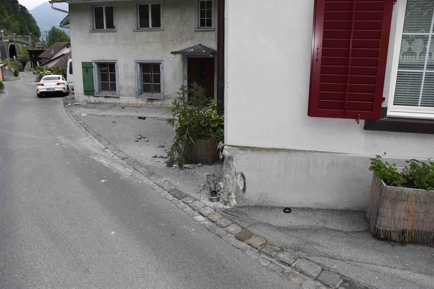 In Mühlehorn prallte der Autodieb in eine Hausecke.
