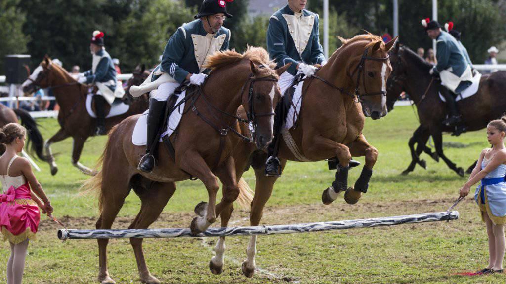 Auch Ehrengäste können reiten: Vorführung der Tessiner Delegation in Saignelégier.