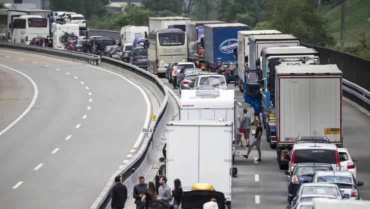 Seit Freitagvormittag sorgen Fahrzeuge vor dem Gotthard-Nordportal für kilometerlangen Stau.