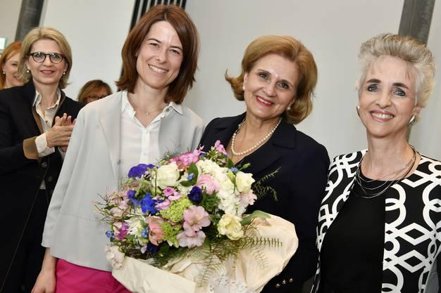 FDP-Nationalrätin Doris Fiala (Mitte) im April 2017 nach ihrer Wahl zur Präsidentin der FDP Frauen. Flankiert wird sie von FDP-Präsidentin Petra Gössi (links) und der Zürcher Volkswirtschaftsdirektorin Carmen Walker Späh (rechts), Fialas Vorgängerin als Frauenpräsidentin.