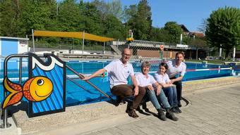 Lächeln, als ob Sommer wär. Und das bei 6 Grad. Aber Christof Hübscher (l.), Annegret Hirschi, Sarah Lüscher und Erwin Wiedmer wollten die neuen T-Shirts zeigen.