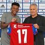 Eric Ramires posiert mit FCB-Sportdirektor Ruedi Zbinden.
