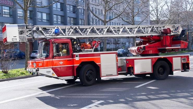 Ausrückendes Löschfahrzeug der Feuerwehr Basel.