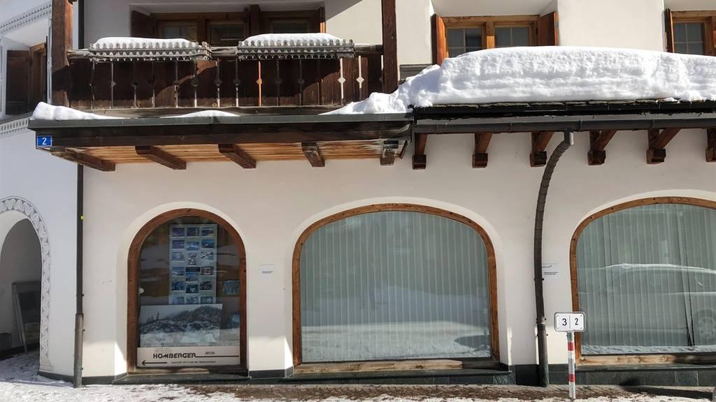 Am Dienstagmorgen fiel ein Mann von diesem Vordach und verletzte sich.