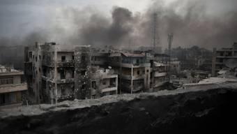 Rauch über einem von Rebellen gehaltenen Quartier von Aleppo. Am Sonntag griffen trotz Waffenstillstand erneut Kampfjets die Stadt an. (Archiv)