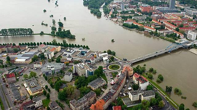 Grenzfluss zwischen Polen und Deutschland: Luftaufnahme der Oder bei Slubice (l.) und Frankfurt