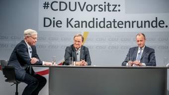 Die drei Kandidaten für den CDU-Parteivorsitz Friedrich Merz (r), Armin Laschet (m) und Norbert Röttgen sitzen nach einer Diskussionsrunde im Konrad-Adenauer-Haus. Am Samstag gilt es ernst.
