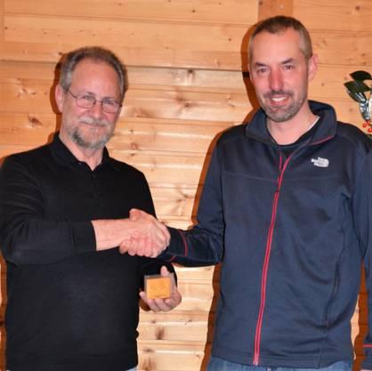 Peter Fasler mit der Ehrenmedaille und als Gratulant Vicepräsident Marcel Zogg