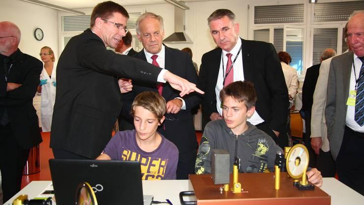 PSI-Direktor Joël Mesot erklärt Bundesrat Johann Schneider-Ammann und Landammann Alex Hürzeler, wie die Schüler im iLab das Licht brechen können. Tim Honegger