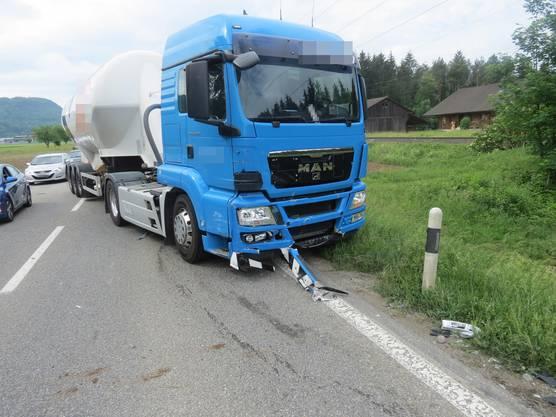 Der Sattelschlepper wurde vorne stark beschädigt. Der Chauffeur blieb unverletzt.