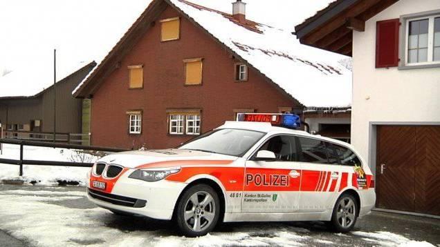 Polizisten fanden am Tatort auf dem abgelegenen Bauernhof ein Blutbad vor. (Archivbild)