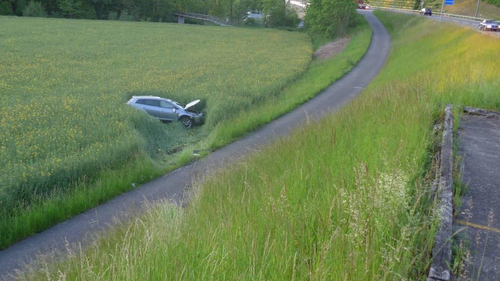 Das Unfallauto fuhr eine Böschung hinunter und überschlug sich.