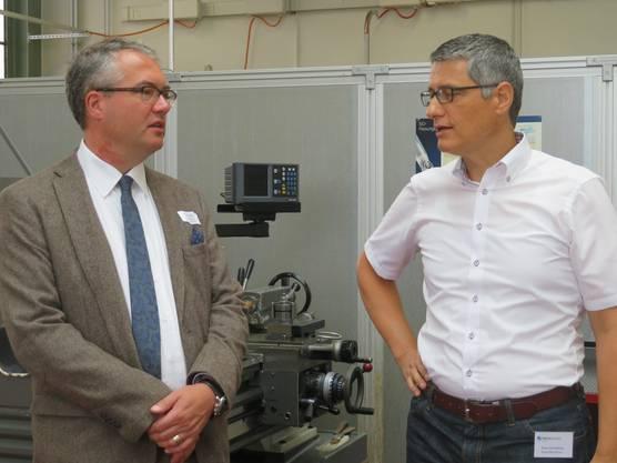 Regierungsrat Remo Ankli mit dem Geschäftsführer von Swissmechanic Solothurn, Enzo Armellino (rechts).