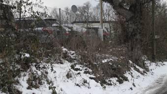 Buschwerk, Baracken und alte Fahrzeuge: das Gebiet Bodacker im Niderfeld-Areal.DEG