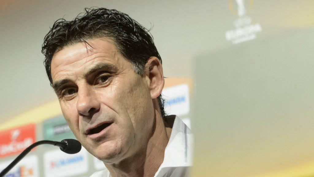 Sions Trainer Didier Tholot an der Pressekonferenz vor dem Spiel gegen Liverpool
