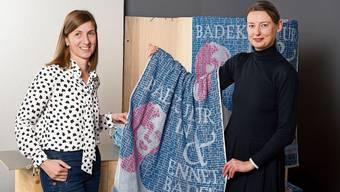 Verkäuferin Michèle Mengozzi und Designerin Doris Oberneder präsentieren ihr neues Badetuch.