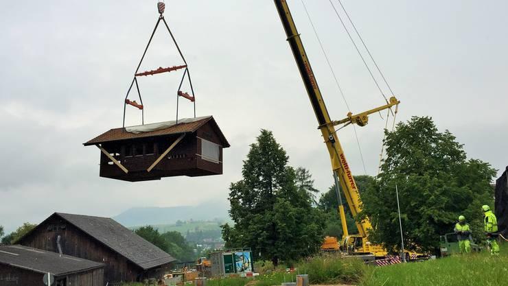 Der grösste Kran mit Teleskop-Mast hob den kompletten Lehrbienenstand des FiBL aus einer Distanz von 45 Metern in die Höhe, drehte sich um 180 Grad ....
