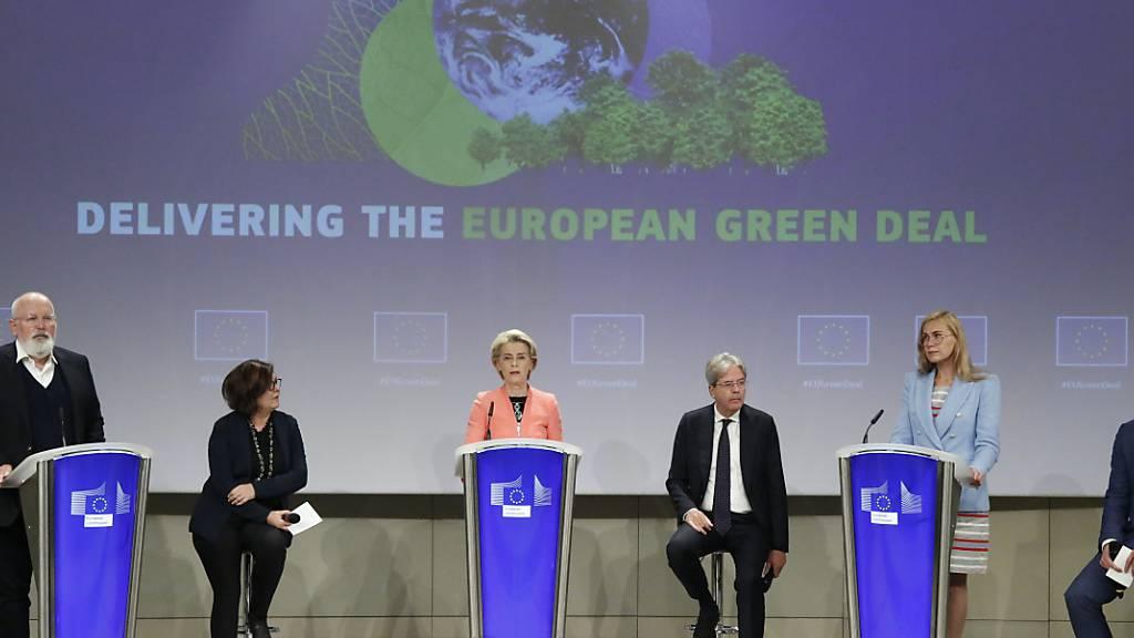 EU-Kommissionspräsidentin Ursula von der Leyen (3.v.l.) und Vizepräsident der EU-Kommission Frans Timmermans (l)sprechen bei einer Pressekonferenz. Ein neuer Vorschlag der Europäischen Kommission sieht vor, dass in der EU ab 2035 nur noch emissionsfreie Neuwagen zugelassen werden sollen. Foto: Valeria Mongelli/AP/dpa