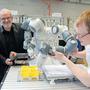 Kurt Rubeli (l.) und Dominique Glaser mit Roboter YUMI.