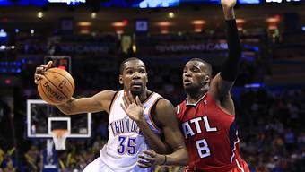 Kevin Durant (l.) war gegen Atlanta schwer zu stoppen