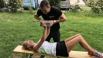 Personal-Trainer Keren Lopata macht uns fit für den Sommer. Ex-Wetterfee Linda Gwerder zeigt er drei Brust-Übungen für Zuhause.