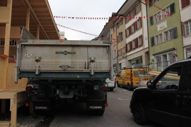 Am Montagmorgen nach dem Stadtfest Brugg laufen die Abbauarbeiten auf Hochtouren. Auf der Hauptstrasse wird es zuweilen eng.